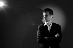 portrait-studio-homme-noir-blanc