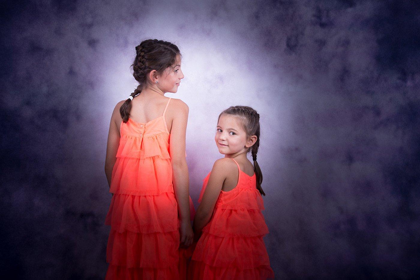 Photo de famille, deux soeurs dans un studio