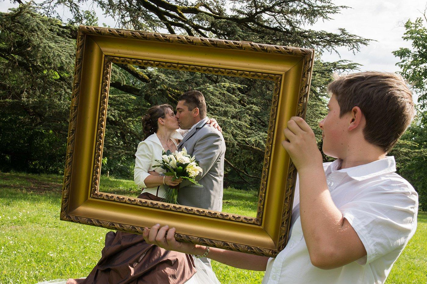 photo de mariage dans un cadre tenu par un enfant
