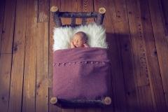 1_balma-photographe-bebe-dans-lit-en-bois-GB-studiophoto.com_