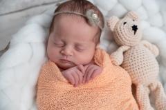 rabastens-photographe-naissance-poses-doudou-GB-studiophoto.com_